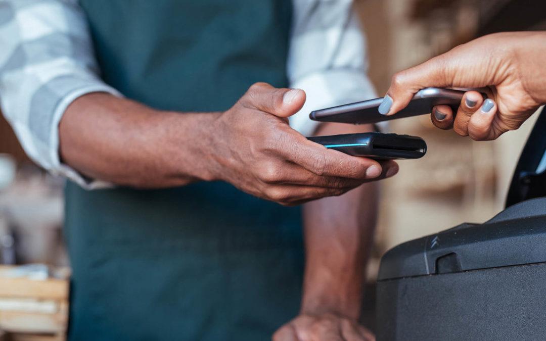 Banky začnou nahrazovat plastové karty virtuálními. Češi stále častěji využívají chytré hodinky a mobily